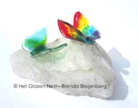 Vliegende vlindertjes op ruwe bergkristal