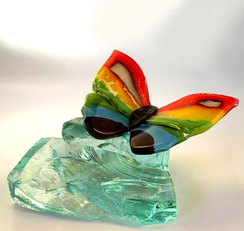 Twee wenskaarten met een regenboog vlinder