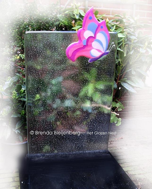 roze vlinder op blanke glasplaat
