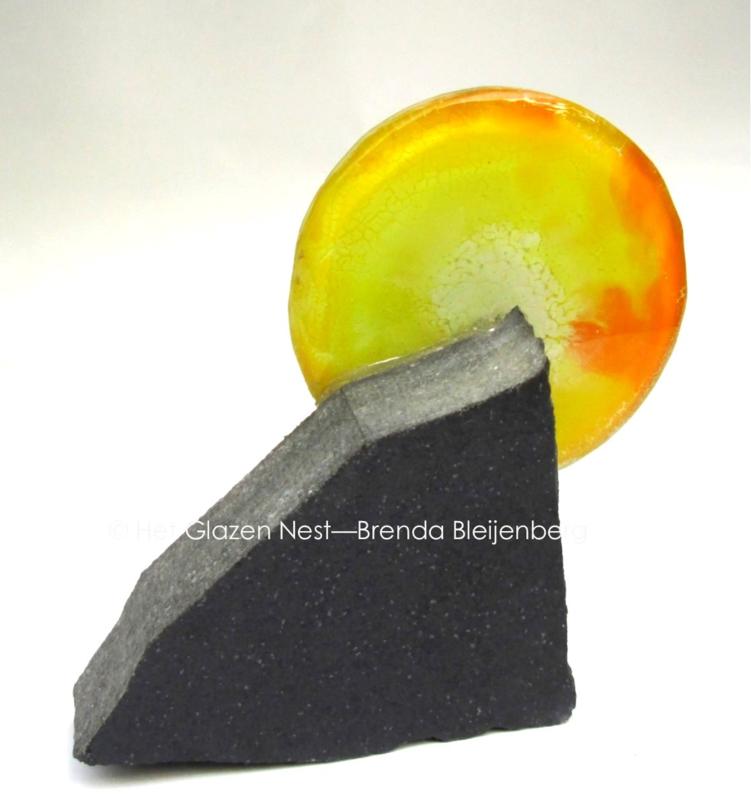 gele cirkel met zwarte graniet
