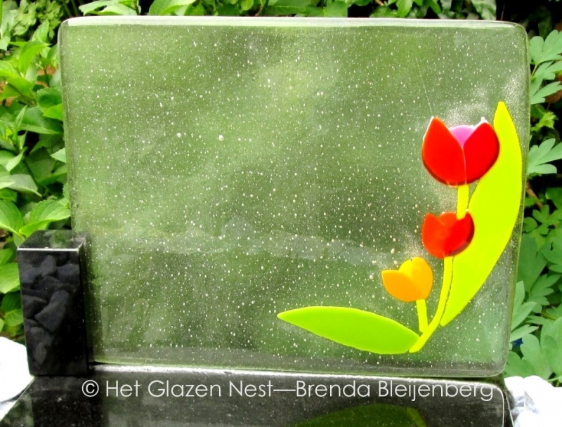 tulpen in kleine glasplaat