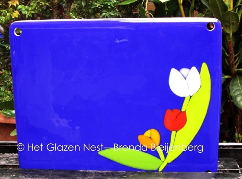 3 tulpen in blauw glas