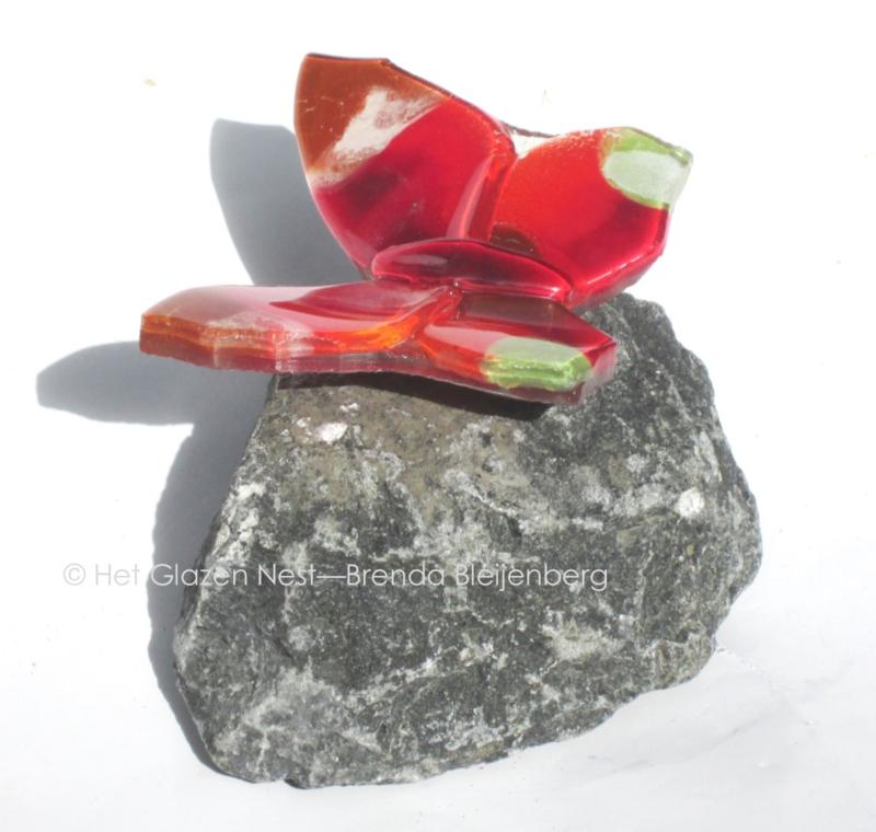 Rood vlindertje met groene accenten