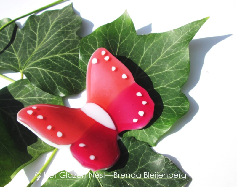 Vlinder in twee kleuren roze met wit lijf en witte stippen