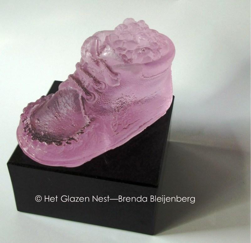 kinderschoentje in roze glas