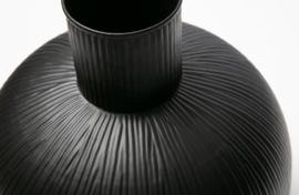 373344-Z | Pixie vaas verticale lijnen metaal zwart | WOOOD Exclusive