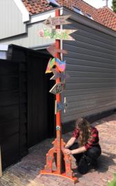 Pijlenpaal/wegwijsbord (hippie)festival