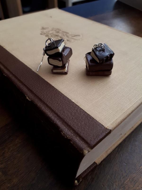 Oorbellen stapeltje 'oude' boeken