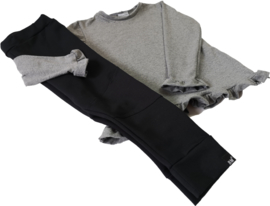 Licht grijs roes shirtje met zwarte broek