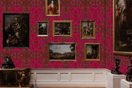 Muur  Korstmos bright red met schilderijen.