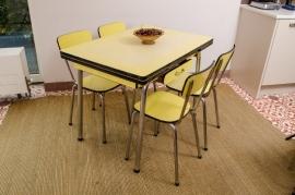 Kanariegele keukentafel met set van vier stoelen