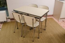 Wit-beige keukentafel met set van vier stoelen
