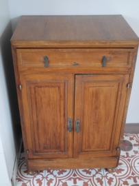 Praktisch kastje met twee deurtjes en lade