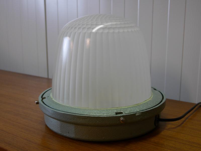 Vintage industriële lamp gehamerd metaal