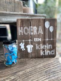 Tekstbordje Hoera een kleinkind + potje blauw