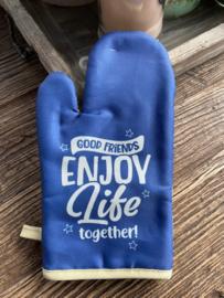 """Ovenhandschoen met de tekst """"Good friends enjoy life together!"""""""