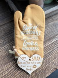 Ovenhandschoen met de tekst `The secret ingredient is always love & happiness.`+ hartje liefs