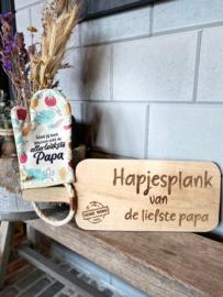 Ovenhandschoen met de tekst `Want jij bent gewoon echt de allerleukste papa.`+ Serveerplank `Hapjesplank van de liefste papa`.
