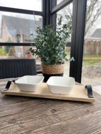 Hapjesplank met leren handvatten en 2 porseleinen schaaltjes