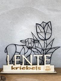 Lente ornament van een houten tulp en lammetje geometrisch (in de kleur zwart) en de tekst LENTE kriebels.