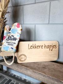 Ovenhandschoen met de tekst `My sister Queen of the kitchen` + Broodplank Lekkere hapjes