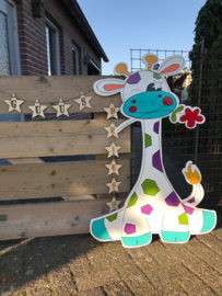 Giraf met vrolijke kleuren en een bloem