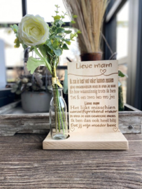 Tekstbordje lieve mam (zoon) in houten standaard + kunstbloemen wit in vaasje