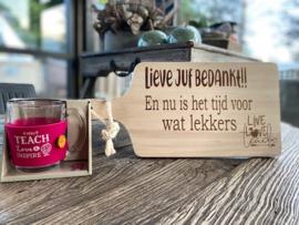 Cadeaupakket Juf-serveerplankje juf bedankt + theeglas met de tekst You teach love & inspire (roze)
