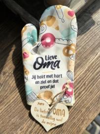 Ovenhandschoen met de tekst `Lieve oma, jij bakt met je hart en dat proef je` + Broodplank Oma's hapjesplank