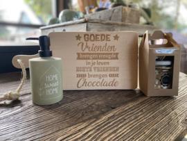 Plankje goede vrienden brengen vreugde in je leven echte vrienden brengen chocolade + zeeppompje home sweet home + giftset soap clean cotton