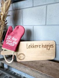 Ovenhandschoen met de tekst `Ik hou van jou voor altijd.`+ serveerplank `Lekkere hapjes`