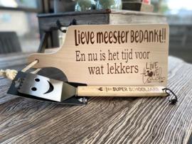 Cadeaupakket Meester-serveerplankje Meester  bedankt + barbecuespatel  met de tekst bedankt voor een superleuk schooljaar