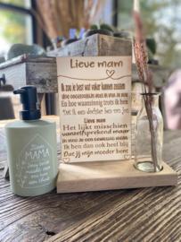 Tekstbordje lieve mam (dochter) in houten standaard + droogbloemen Roze in vaasje + zeeppompje met de tekst Lieve mama jouw liefde maakt van ons huis een thuis