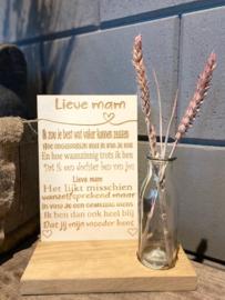Tekstbordje lieve mam (dochter) in houten standaard + droogbloemen in vaasje