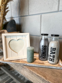 Decoratie-set houten dienblad (smal) / glazen fles met badzout en showergel / kaars / Fotolijstje wit (hartje)