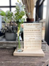 Tekstbordje lieve mam (kind) in houten standaard + kunstbloemen wit in vaasje