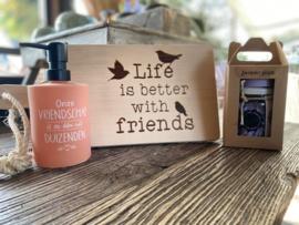 Serveerplankje life is better with friends + zeeppompje vriendschap + giftset soap lavender fields