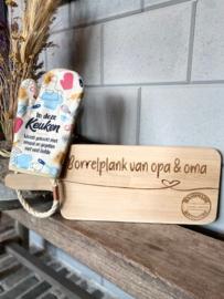 Ovenhandschoen met de tekst `In deze keuken wordt gekookt met smaak en gegeten met veel liefde` + Broodplank Borrelplank van opa & oma