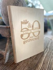 Houten kaft A5 formaat met de tekst 50 jaar getrouwd + eigen naam