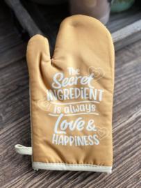 """Ovenhandschoen met de tekst """"The secret ingredient is always love & Happiness"""""""