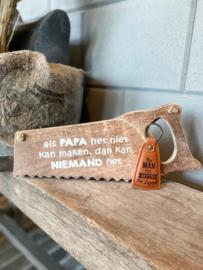 Cadeaupakket papa - vader / Houten zaag Als papa het niet kan maken, dan kan niemand het + sleutelhanger The man