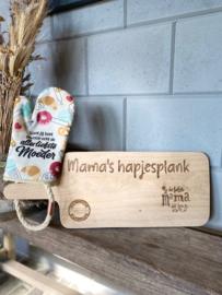 Ovenhandschoen met de tekst `Want jij bent gewoon echt de allerliefste moeder` + Broodplank met de tekst Mama's hapjesplank