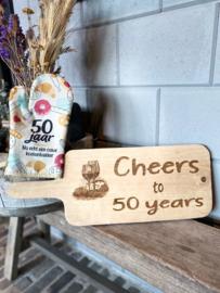 Ovenhandschoen met de tekst `50 jaar Nu echt een ouwe koekenbakker.`+ Serveerplank Cheers to 50 years