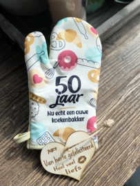 Ovenhandschoen met de tekst `50 jaar Nu echt een ouwe koekenbakker.`+ hartje Liefs
