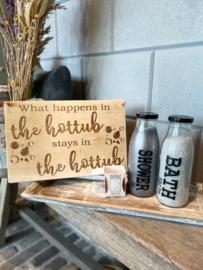 Decoratie-set houten dienblad (smal) / glazen fles met badzout en showergel / tekstbordje HOTTUB / kaarsje Sweet Grace