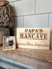 Tekstbordje papa's  mancave (cola) + glas levensgenieter