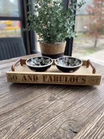 Hapjesbak (50 and fabulous) met 2 koperen handvatten  Inclusief 2 zwarte porseleinen schaaltjes