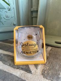 Wijn-waterglas met tekst GESLAAGD HOOGSTE TIJD OM LEKKER TE GAAN GENIETEN