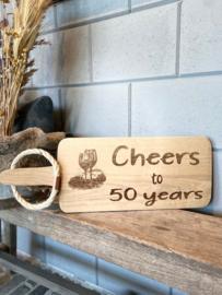 Serveerplank met de tekst Cheers to 50 years
