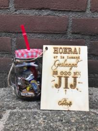 Drinkglas gevuld met Celebrations + kaartje